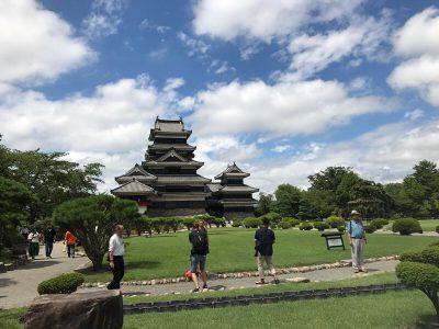 松本城 夏休みは天守閣に入るまで100分待ち そんな待ち時間に楽しめるVRアプリ