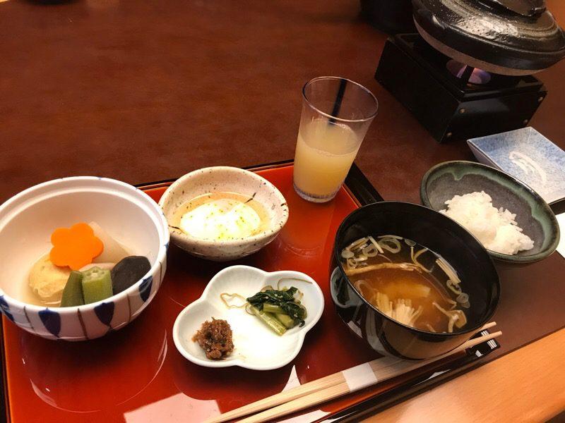 星野リゾート 界 松本: 土地の名物が食べられる朝ごはんと、ホテルのライブラリー